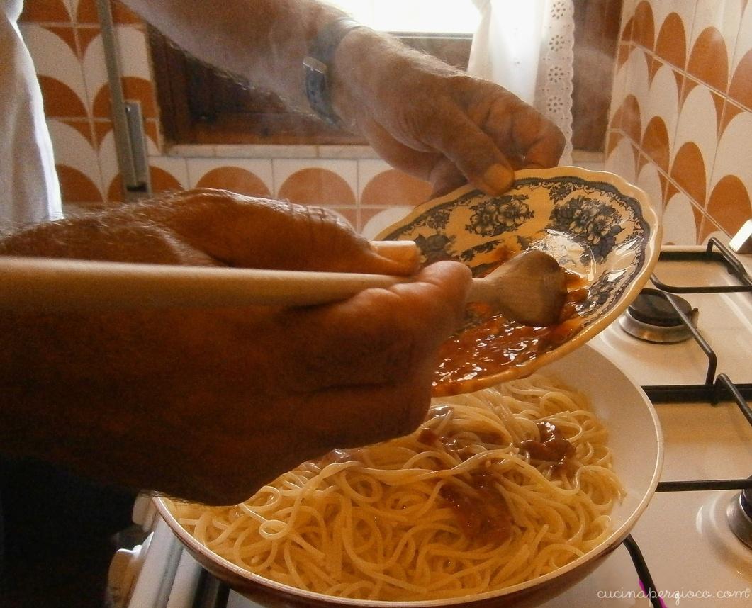 Spaghetti ai ricci di mare: versare i ricci