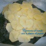 Rombo al forno con patate: coprire con le patate e infornare