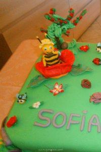 Torta al vermouth: torta decorata a tema prato e ape maia