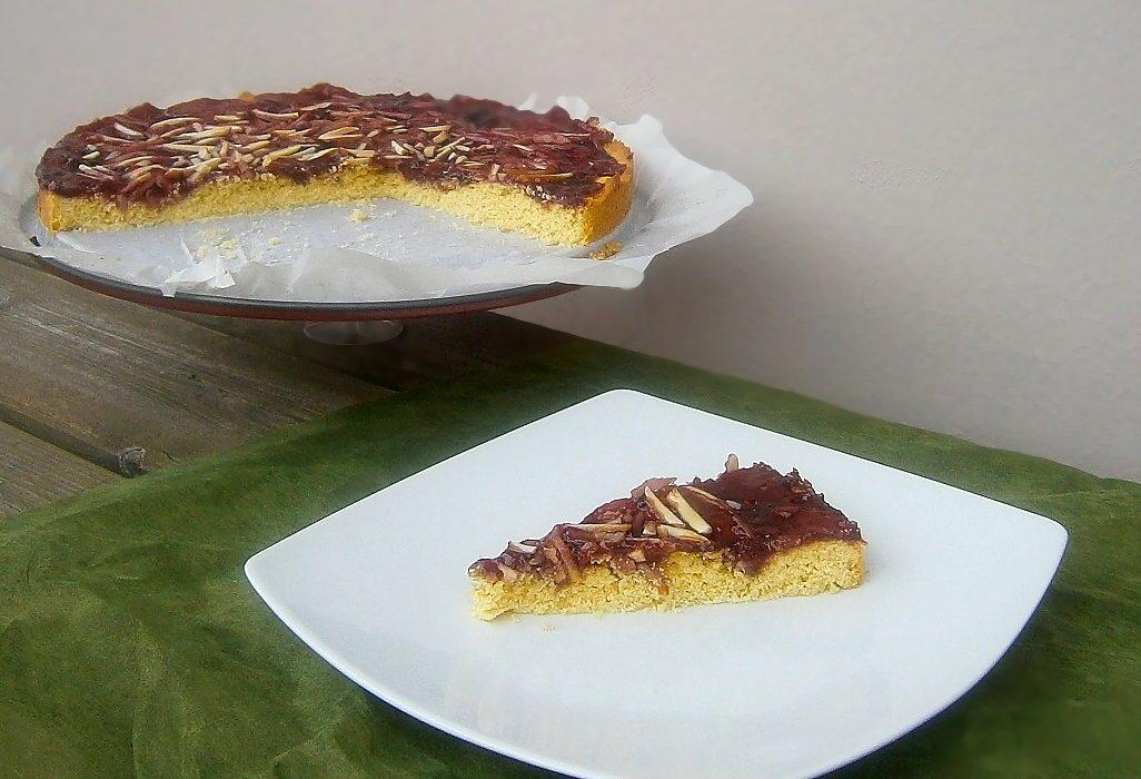 Crostata alla marmellata di ciliegie con lamelle di mandorle