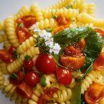 Pasta fresca con pomodorini, basilico, timo e aglio rosso di Nubia