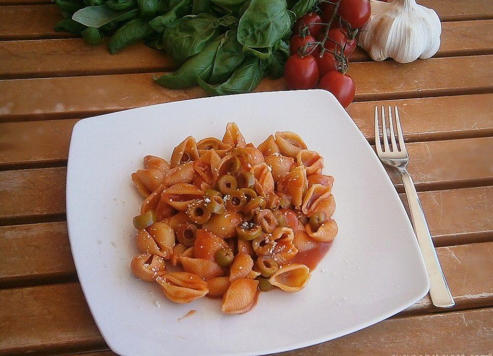 Conchiglie con sugo alle olive