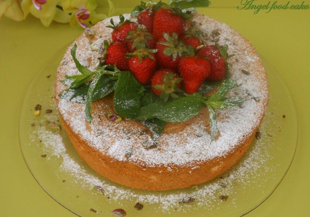 Angel Food Cake al limone con fragole e pistacchi