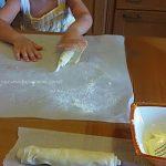 Cruffin preparazione. Arrotolare la sfoglia
