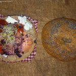 Bagels. la farcitura: feta salmone germogli