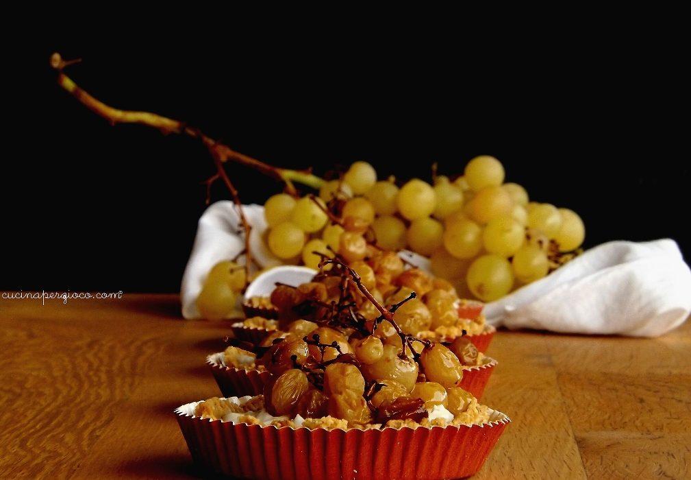 Tartellette con caprino e uva arrosto