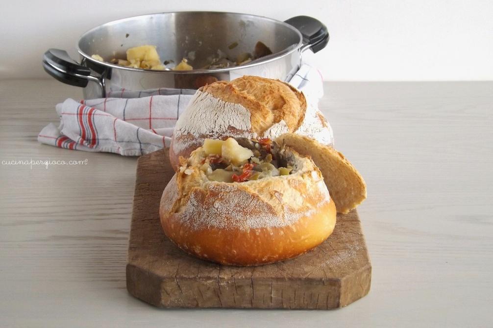 Stufato di carciofi, patate e porri servito in una pagnotta