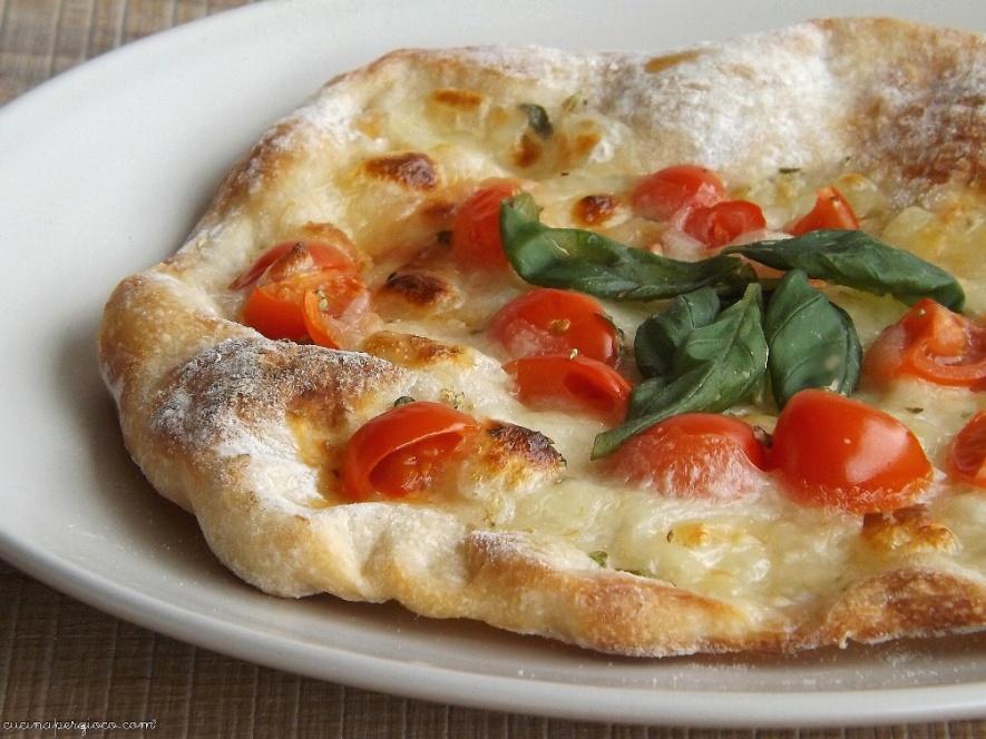 Come preparare facilmente a casa la Pizza con farina di farro. Cottura in forno o in padella.