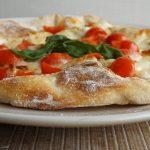 Pizza con farina di farro. Pizza bianca pomodorini e mozzarella