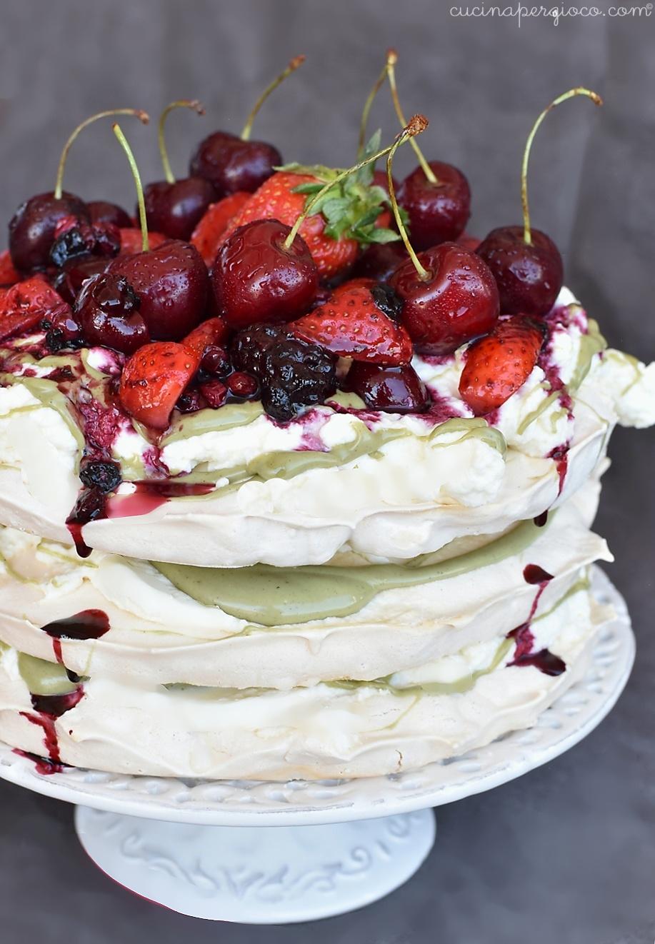 Pavlova con frutti rossi e pistacchio, ricetta