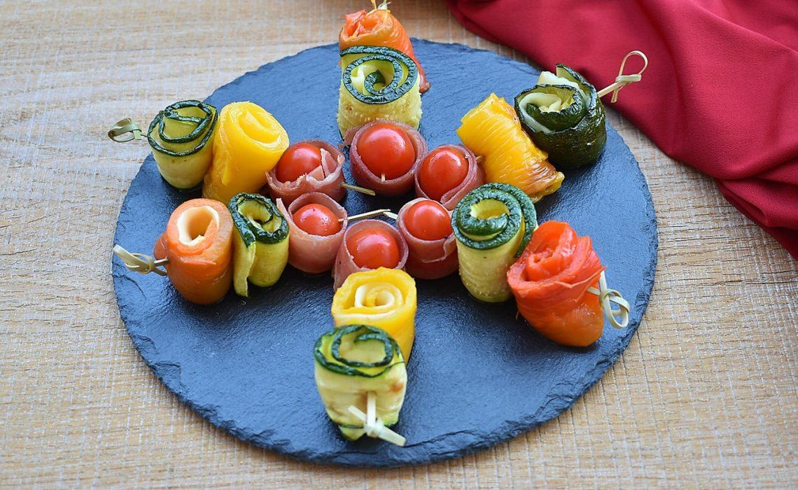 Spiedini di zucchine e peperoni al formaggio, ricetta e procedimentoi