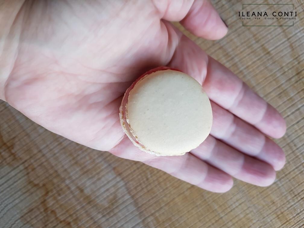 Macaron vaniglia con cioccolato bianco e lamponi