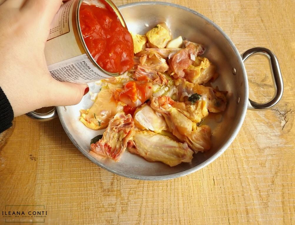 Fregola con galletto: la preparazione del sugo con carne di galletto