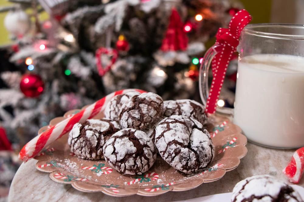 Crinkle cookie, bicscotti al cioccolato e zucchero a velo