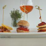 Mini pancake con salsiccia e ciliegie
