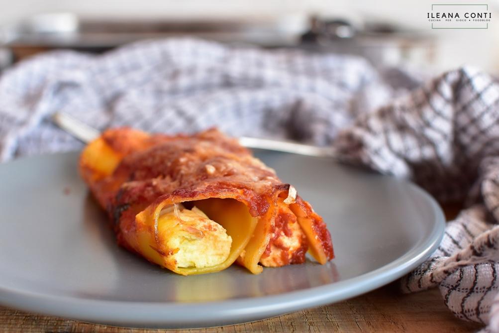 Cannelloni al forno ripieni con ricotta di pecora aromatizzata con agrumi e zafferano