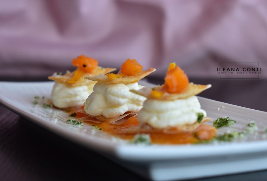 Mousse al formaggio e albicocche caramellate in finta milelfoglie di pasta phillo