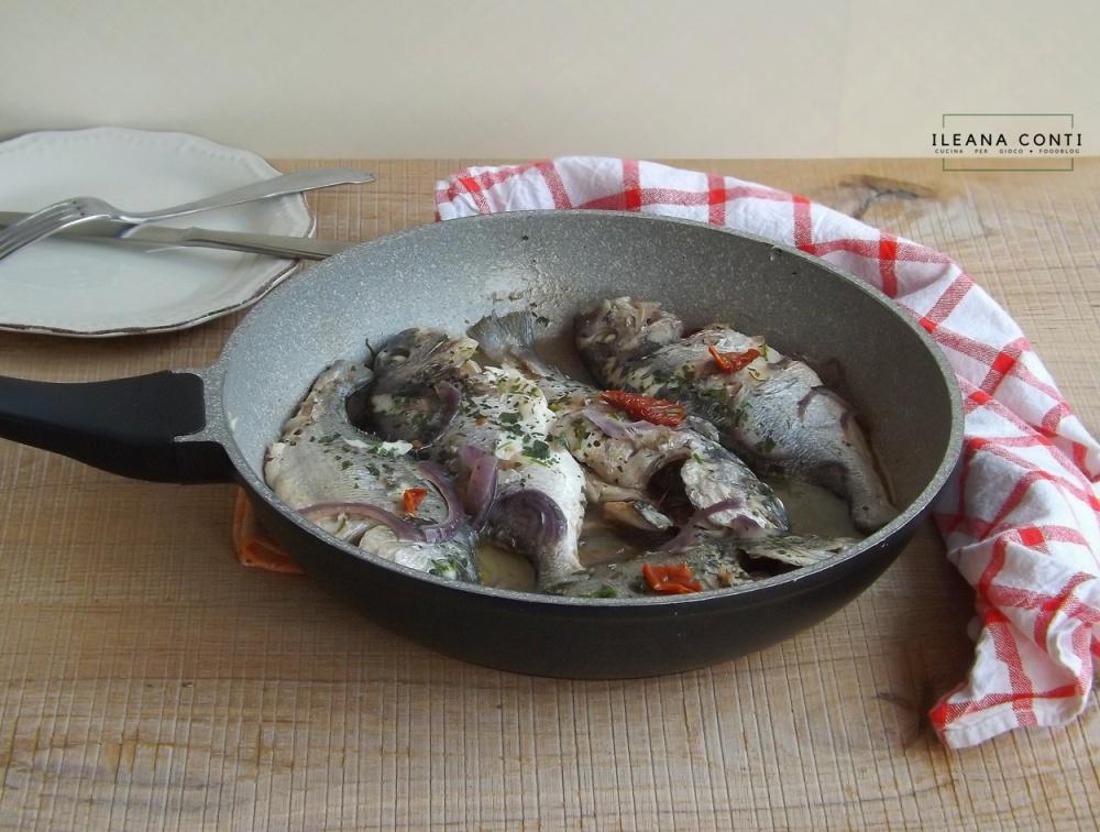 Orate in tegame con vino, cipolla e pomodori secchi