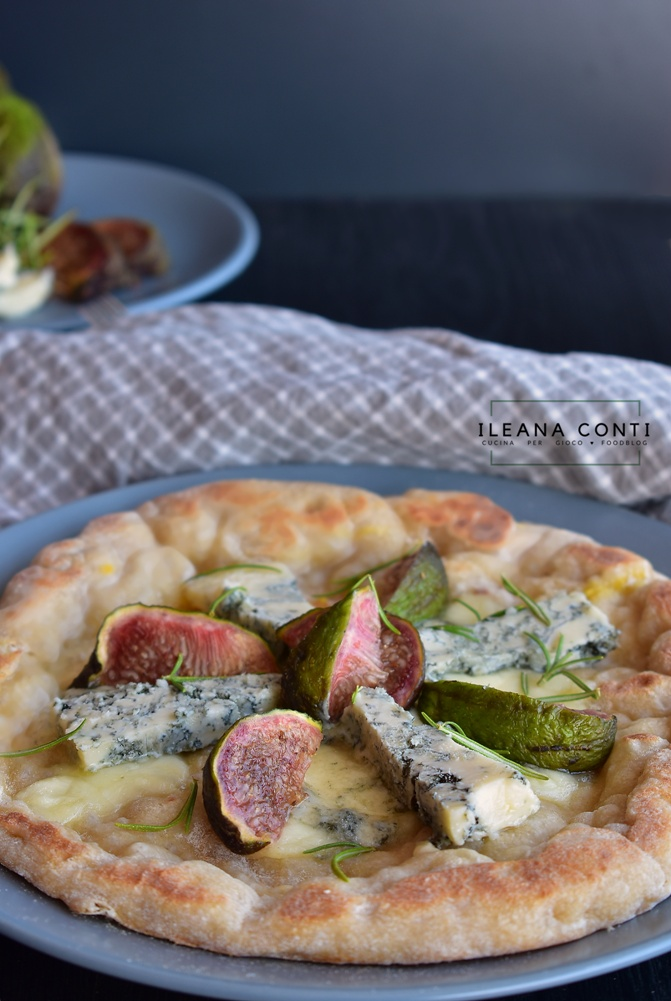 Pizza 100% farina di farro aromatizzata con zafferano e formaggio condita con formaggi, fichi e rosmarino